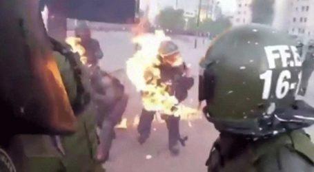 Η στιγμή που μολότοφ πέφτει σε αστυνομικούς