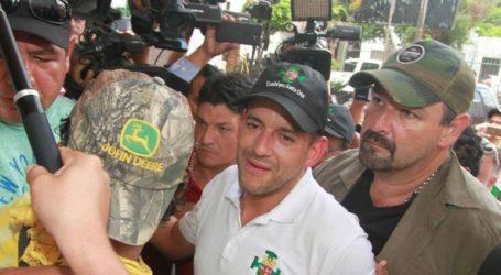 Ηγέτης της αντιπολίτευσης αποκλείστηκε από φιλοκυβερνητικούς διαδηλωτές για 10 ώρες στο αεροδρόμιο της Λα Πας