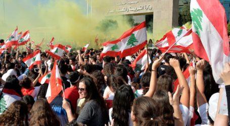 Διαδηλωτές χτυπούσαν το βράδυ κατσαρόλες και τηγάνια έξω από τα σπίτια πρώην υπουργών