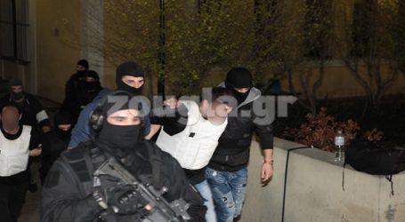 """Στον εισαγγελέα οι συλληφθέντες για τη """"γιάφκα"""" με τα Καλάσνικοφ"""