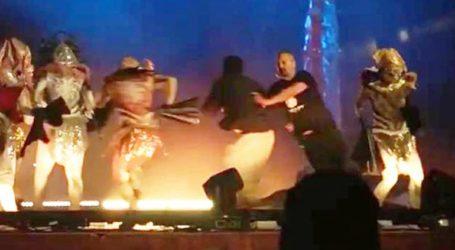 Άνδρας μαχαίρωσε και τραυμάτισε τρεις ηθοποιούς κατά τη διάρκεια παράστασης