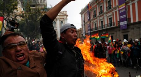 Πλήθος υποστηρικτών του Έβο Μοράλες κινείται προς τη Λα Πας