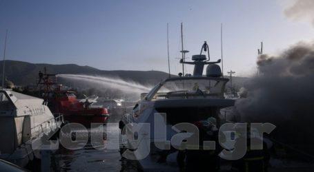 Σε εξέλιξη έρευνα για τα αίτια της πυρκαγιάς σε σκάφη στην 3η μαρίνα Γλυφάδας