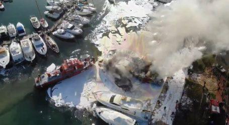 Βίντεο από drone δείχνει την προσπάθεια κατάσβεσης πυρκαγιάς σε σκάφη αναψυχής στη Γλυφάδα