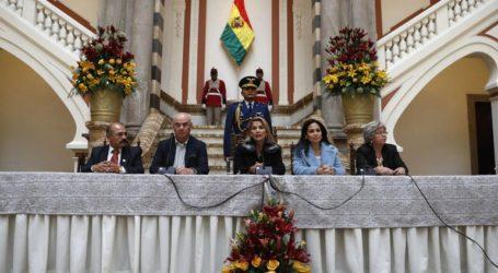Η μεταβατική κυβέρνηση διώχνει από τη χώρα αξιωματούχους και πολίτες της Βενεζουέλας και της Κούβας