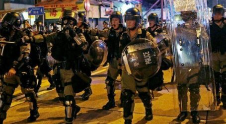 Η αστυνομία απειλεί τους διαδηλωτές με χρήση πραγματικών σφαιρών