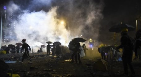 Οι διαδηλωτές πυρπόλησαν την κεντρική είσοδο του Πολυτεχνείου