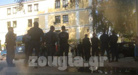 Ένταση στην Ευελπίδων όταν έφτασαν συλληφθέντες από το Πολυτεχνείο