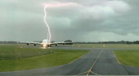 Κεραυνός πέρασε ξυστά από αεροπλάνο