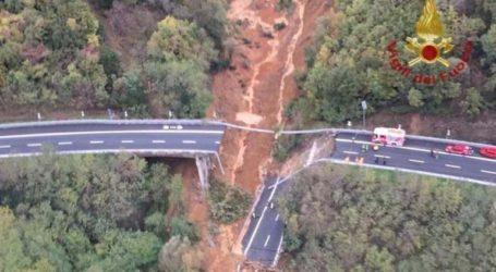 Οδογέφυρα κατέρρευσε οδογέφυρα λόγω της σφοδρής βροχόπτωσης