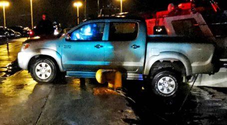 Αυτοκίνητο στο Ναύπλιο αιωρείται πάνω από τη θάλασσα