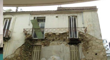 Επεσε μπαλκόνι εγκαταλελειμμένου σπιτιού στον Πειραιά