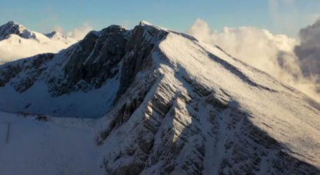 Εντυπωσιάζει ο χιονισμένος Παρνασσός από ψηλά