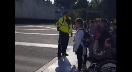 Κρητικός δάσκαλος πήγε τους μαθητές του στον Άγνωστο Στρατιώτη και προκάλεσε αίσθηση