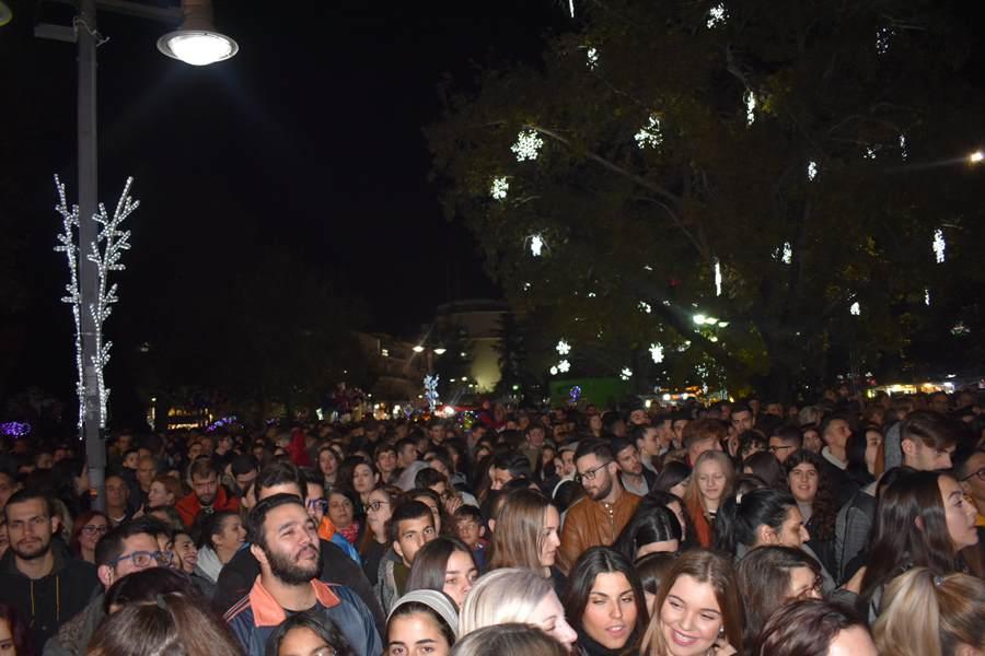 Οι stavento …δυναμίτισαν τους Λαρισαίους στο άναμμα του Χριστουγεννιάτικου Δέντρου – Ένα μεγάλο πάρτι όλη η Κεντρική πλατεία (φωτο – βίντεο)