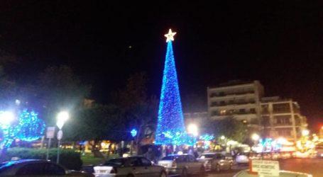 Τα γιορτινά της «φόρεσε» και η Πλατεία Ελευθερίας