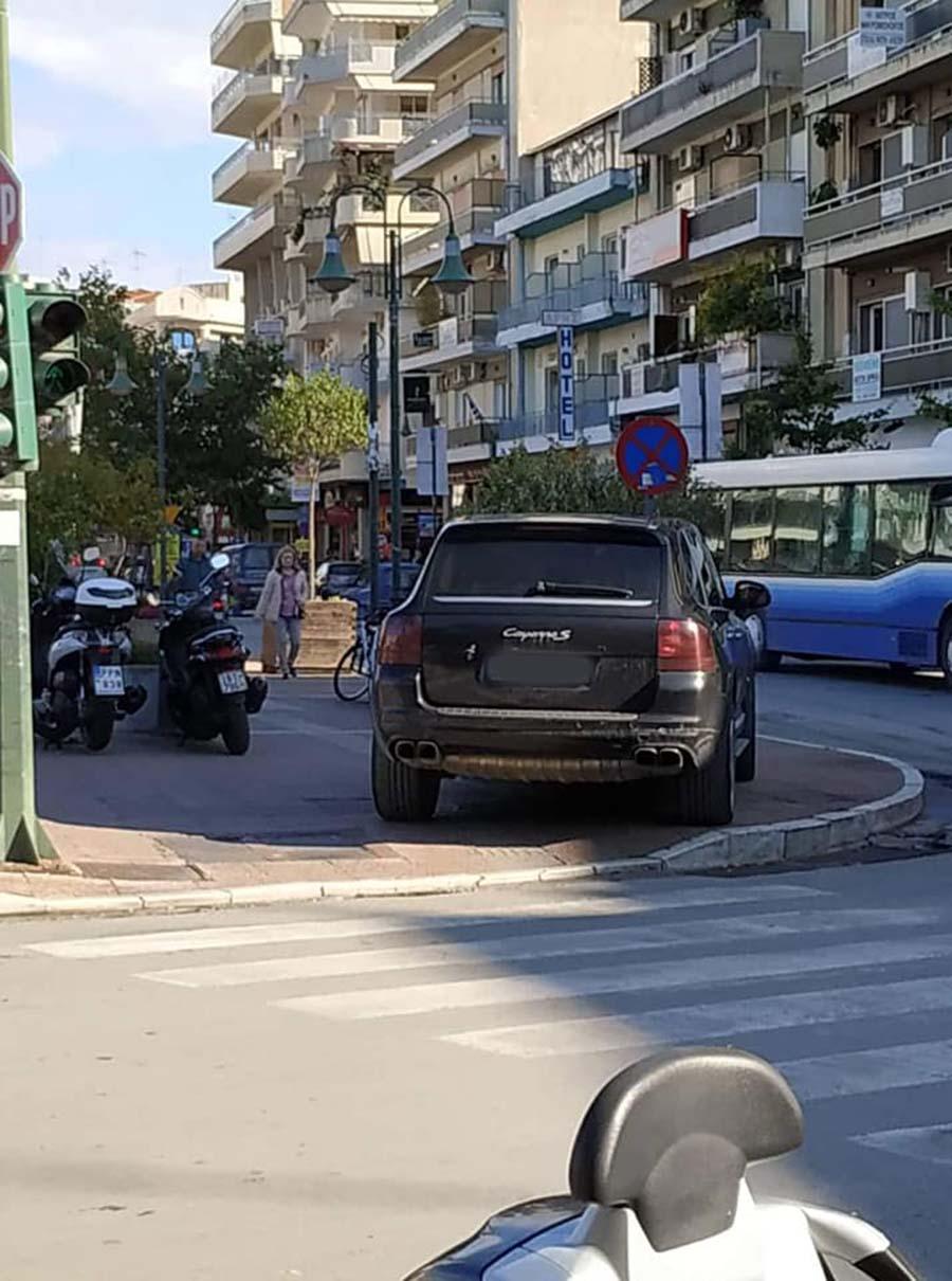 Καβάλα πάει στη... Λάρισα: Πάρκαρε την πόρσε του πάνω στην πλατεία στο κέντρο της πόλης!