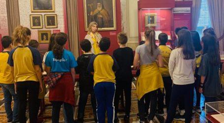 Τους μαθητές του «Αγίου Ιωσήφ» ξενάγησε στη Βουλή η Ζέττα Μακρή