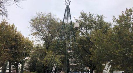 Σε ρυθμούς Χριστουγέννων το κέντρο της Λάρισας – Στήνεται το δέντρο στην πλατεία