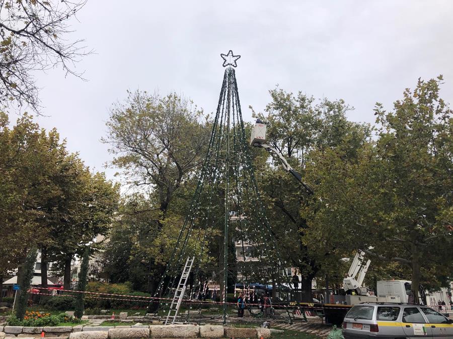 Σε ρυθμούς Χριστουγέννων το κέντρο της Λάρισας - Στήνεται το δέντρο στην πλατεία