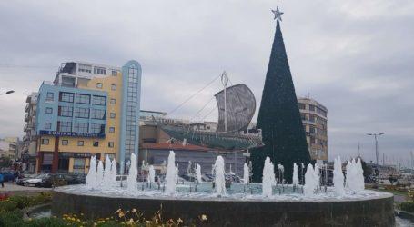 Στολίστηκε το Χριστουγεννιάτικο δέντρο στον Βόλο [εικόνες]
