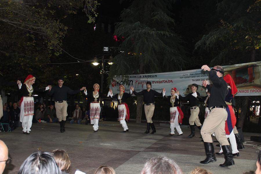 Κρητικούς χορούς και μαντινάδες απόλαυσαν εκατοντάδες Λαρισαίοι στην Κεντρική πλατεία (φωτο - βίντεο)