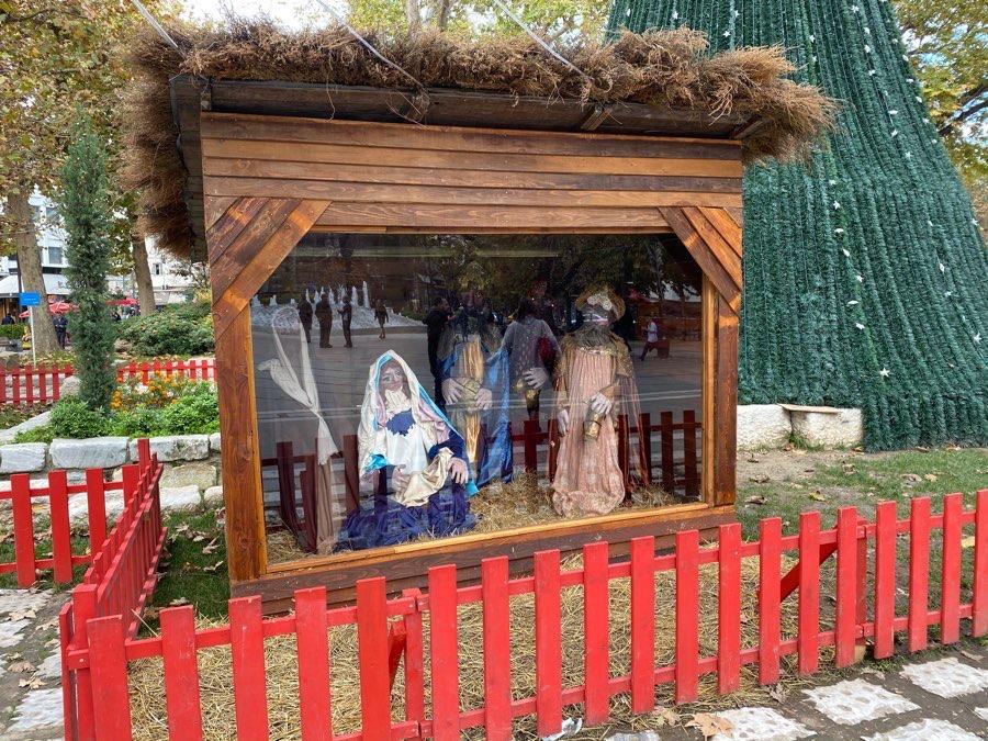Με προστατευτική... τζαμαρία η φάτνη φέτος στη Λάρισα! (φωτό)
