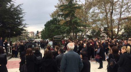 Ανείπωτη θλίψη στην κηδεία της 17χρονης και της μητέρας της που έπεσαν σε χαράδρα – Τραγική φιγούρα ο Ελασσονίτης πατέρας της (φωτο)