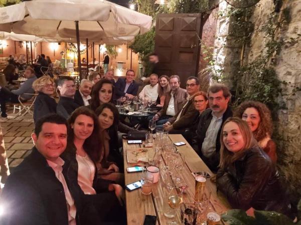 Ο Βασίλης Κόκκαλης σε μπαρότσαρκα με τον Τσίπρα και άλλους βουλευτές στου Ψυρρή (φωτο)