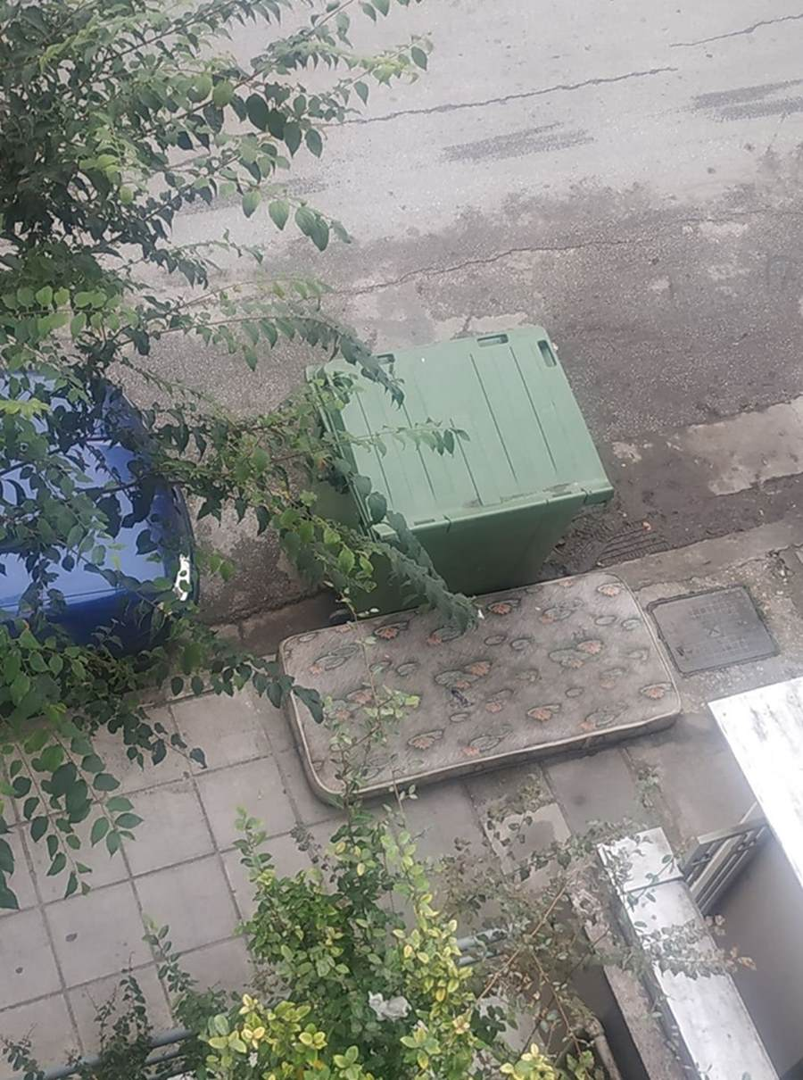 Στρώμα – εστία μόλυνσης σε πεζοδρόμιο της Λάρισας (φωτο)