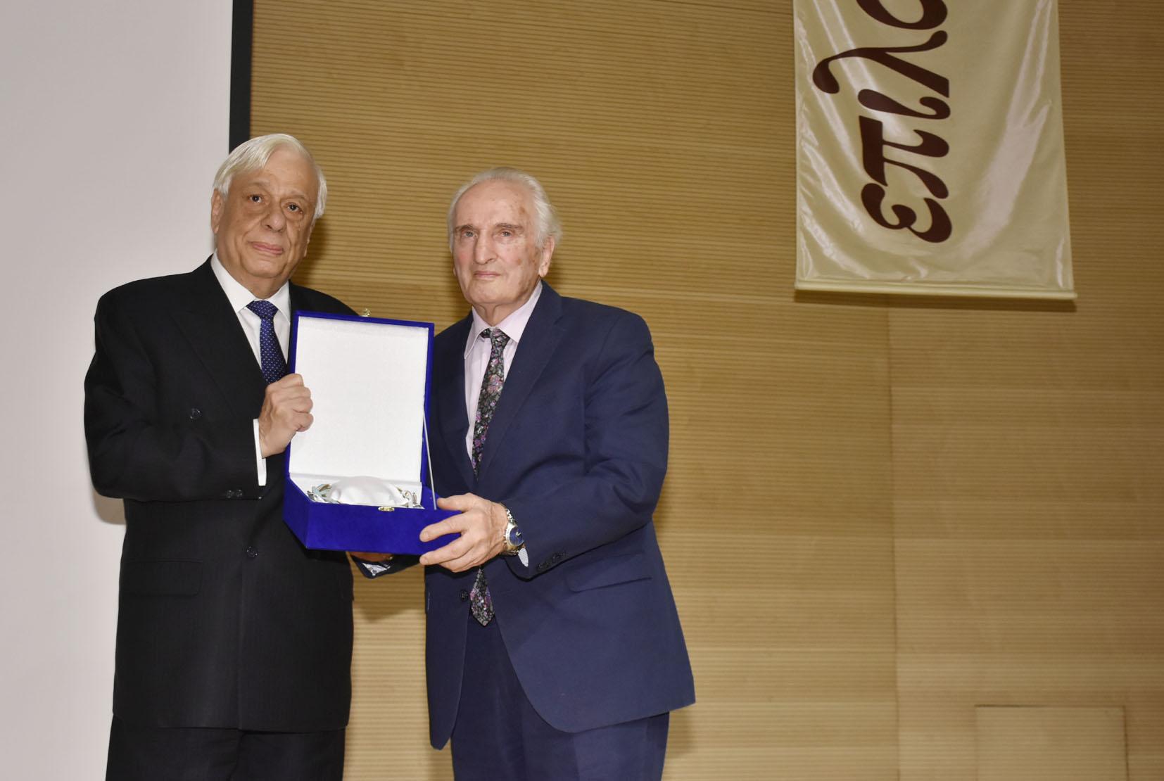 Ο Πρόεδρος της Δημοκρατίας κύριος Προκόπιος Παυλόπουλος επιδίδει το βραβείο στον κ. Νικήτα Τσακίρογλου