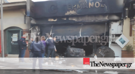 Βόλος: Κάηκε ολοσχερώς κατάστημα πασίγνωστης αλυσίδας τηλεφωνίας [αποκλειστικές εικόνες]