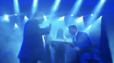 Βόλος: H τούρτα – έκπληξη του Μπέου στον Γιάννη Πλούταρχο για τα γενέθλιά του [βίντεο]