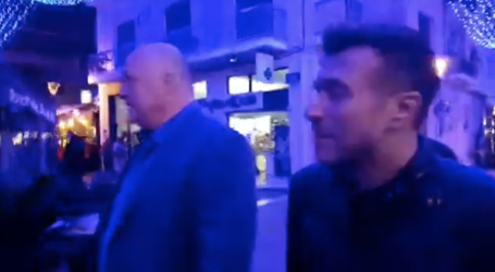 H βραδινή βόλτα του Γιάννη Πλούταρχου με τον Αχ. Μπέο στο κέντρο του βόλου [βίντεο]