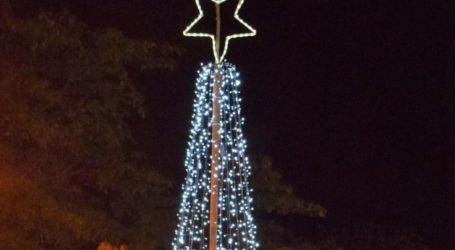 Φωταγωγήθηκε το δέντρο στη Νέα Λεύκη