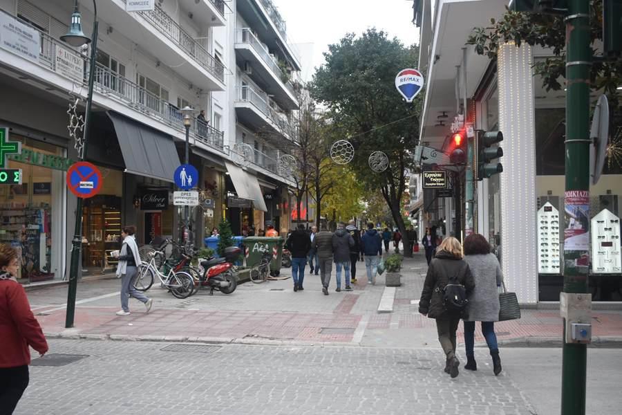 Για καφέ και ...αναγνωριστική βόλτα στην αγορά πριν τις γιορτές για τους Λαρισαίους το πρωί του Σαββάτου (φωτο)