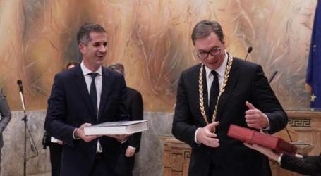 Το Χρυσό Μετάλλιο Αξίας της Πόλεως των Αθηνών στον Σέρβο Πρόεδρο από τον Δήμαρχο Αθηναίων
