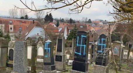 Βεβήλωσαν περισσότερα από 100 μνήματα σε εβραϊκό κοιμητήριο