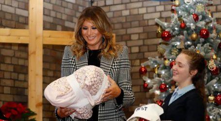 Η Μελάνια Τραμπ μοίρασε χριστουγεννιάτικα δώρα σε παιδιά