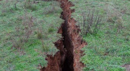 Κόπηκε η γη στα δύο στην Ελασσόνα: Περίεργο φαινόμενο προκαλεί ανησυχία