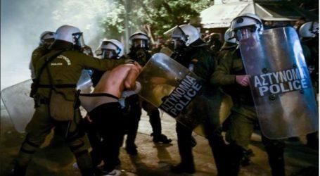 Στη Βουλή φέρνει ο ΣΥΡΙΖΑ το θέμα του ημίγυμνου διαδηλωτή υπό αστυνομικό κλοιό