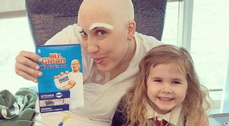 Τετράχρονη κουρεύει τη μητέρα της έπειτα από χημειοθεραπεία και συγκινεί το διαδίκτυο