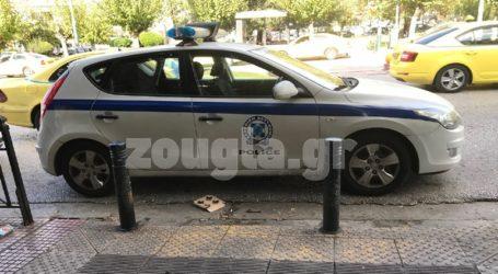 Περιπολικό πάρκαρε μπροστά από ράμπα αναπήρων στα δικαστήρια της Ευελπίδων