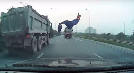Μουσαμάς έφυγε από καρότσα φορτηγού και προσγειώθηκε σε παρμπρίζ ΙΧ σε αυτοκινητόδρομο
