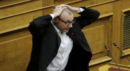 """Σκηνή από την αστυνομική βία στα Εξάρχεια έπαιξε στη Βουλή ο Κλέων Γρηγοριάδης: """"Παραδίνομαι…"""""""