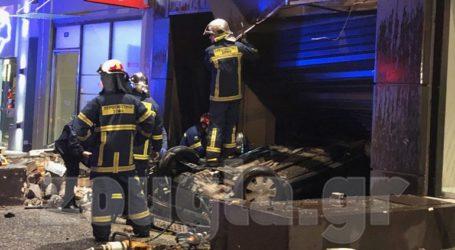 Σοβαρό τροχαίο στη Μεσογείων – ΙΧ ντελαπάρισε και κατέληξε σε είσοδο καταστήματος