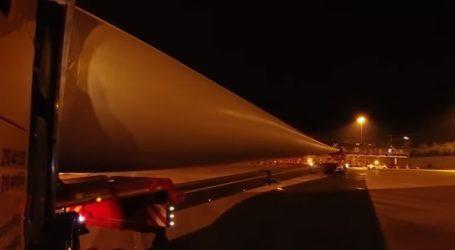 Όχημα κάνει αναστροφή στην Ολυμπία Οδό κουβαλώντας πτερύγιο ανεμογεννήτριας