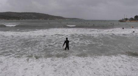 Ο «Ετεοκλής» έστειλε τους surfers στην παραλία