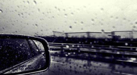 Εγκλωβίστηκαν στο αυτοκίνητο… λόγω βροχής