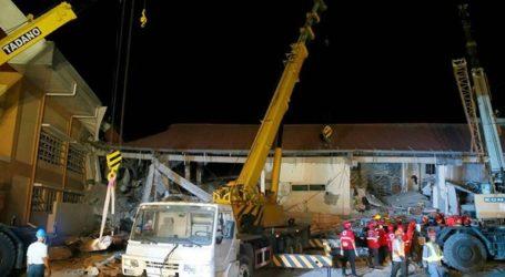 Ερευνούν για επιζώντες στα συντρίμμια εμπορικού κέντρου που επλήγη από τον σεισμό